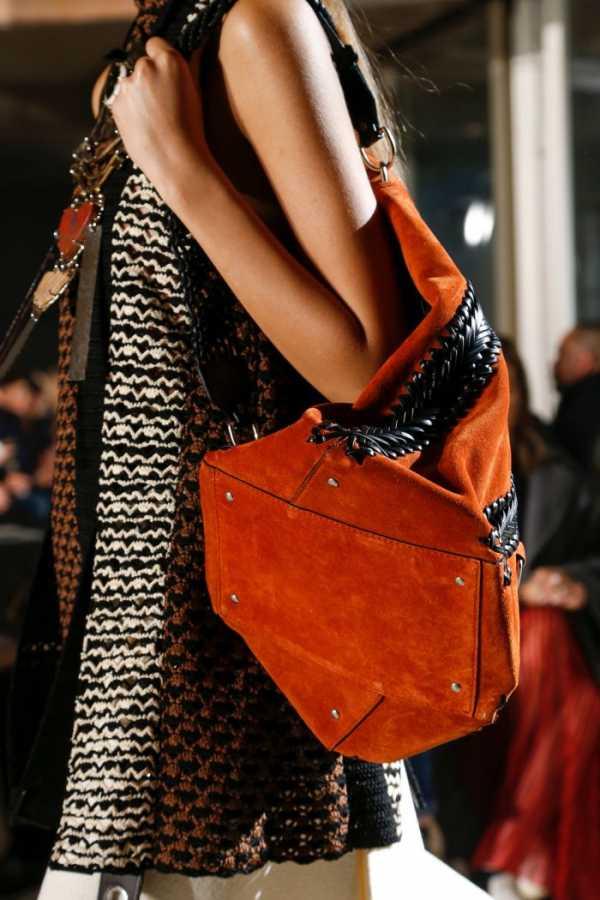 0768ab44f8ab Такая сумка будет в центре внимания, с ней не нужны другие дополнительные  детали. Модные дома Fendi и Gucci также не смогли пройти мимо этой  тенденции ...